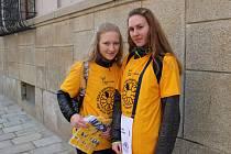 Studenti po celou středu prodávali v Jihlavě na náměstí kytičky na podporu boje proti rakovině.