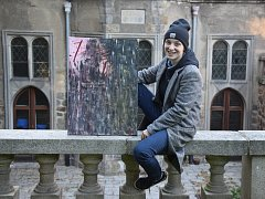 Ilona Hájková s obrazem, který bude na výstavě k vidění.