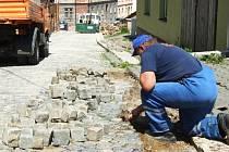 Pracovníci SMJ včera znovu dláždili ulici Úvoz. Dlažební kostky voda vyrvala během pár minut.