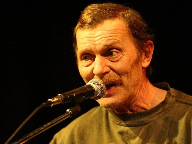 Písničkář a herec Jiří Schmitzer vystoupí v Jihlavě. Jeho fanoušci se na něj mohou těšit v Divadle Na Kopečku v pondělí 5. května. Lístky jsou v předprodeji v jihlavském Songu.