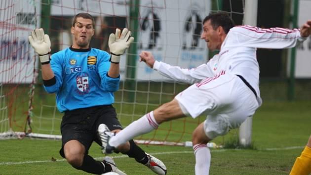 Jihlavská jednička Jan Vojáček (vlevo) svůj tým proti Třinci opět podržel, jenže v závěru neudržel nervy na uzdě a nechal se zbytečně vyloučit.