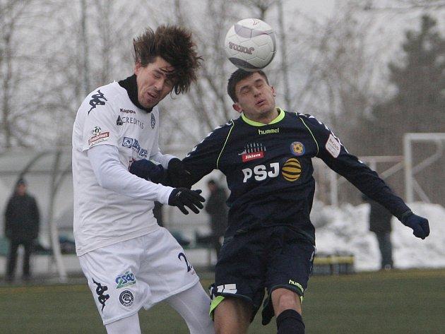 Jihlavští fotbalisté zatím v přípravě válí. Ve čtyřech zápasech Tipsport ligy (na snímku vpravo jihlavský útočník Ovseannicov v duelu se Slováckem) nenalezli přemožitele, bez porážky zůstávají i po přípravě s Admirou Wacker Vídeň.