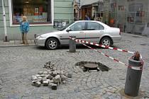 Řidič objíždí uzavřený prostor kolem sloupku v Palackého ulici v Jihlavě.