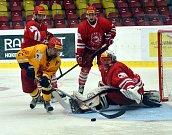Cenné body urvali na svém ledě hokejoví junioři Dukly (ve žlutém) proti Třinci. Rozhodující byla pasáž mezi 48. a 50. minutou, kdy domácí skórovali dvakrát. Foto: Jan Černo