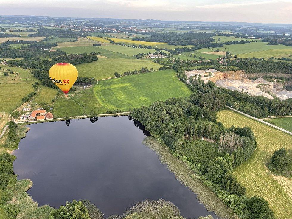 Let nízko nad rybníkem Smrk, vpravo lom Vanov.