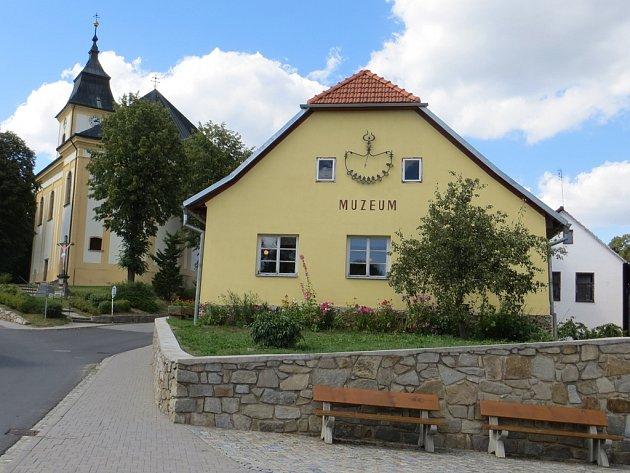 Muzeum přibližuje minulost městyse, život na vesnici, tradiční řemesla i zámek.