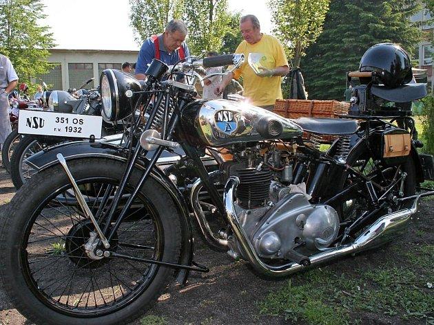 Sraz veteránů v Dobroníně. V soutěži změřily své síly na čtyři desítky historických aut a motocyklů.