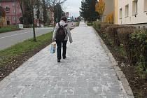 Nová dlažba v Hamerníkově ulici se bude důkladně testovat a v budoucnu by se mohla použít i na opravu dalších chodníků ve městě.