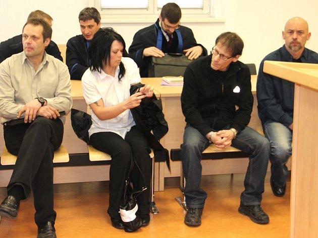 Ladislav Barák, Marta Palatinusová, Roman Himmel a Jiří Krebs (zleva) u jihlavského soudu. Jsou obžalováni z dovozu léků z Polska. Ty měly sloužit k výrobě pervitinu.
