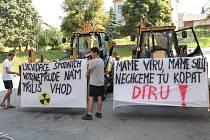 Protesty. Aktivisté v Brzkově o sobě dávají často slyšet. V minulých letech pořádali několik protestů, vyvěšovali plachty s nejrůznějšími nápisy. Jedna jim visí stále na kulturním domě.