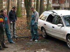 Dělníci v ulici Na Kopci špatně posekali stromy. Došlo tak k nehodě, při které byla poničena tři auta.