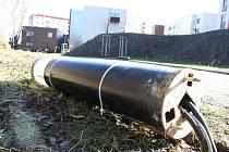 Moderní lampa ležící u chodníku je svědkem řádění vandalů u Hellerova rybníka na jihlavském sídlišti Dolina. V pondělí zde leželo hned několik zničených lamp, vandalové poničili i další části nákladně vybudovaného areálu.