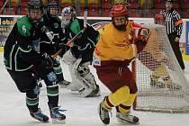 Hokejoví starší dorostenci (ve světlém) do Prahy dnes neodjedou, čeká je pouze zápas v Litvínově.