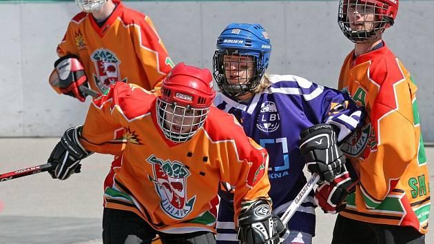 Jihlavští hokejbalisté (v oranžovém) na vlastním hřišti rozhodující páté utkání finálové série proti ústecké Elbě nezvládli a prohrou 2:4 přišli o mistrovský titul.