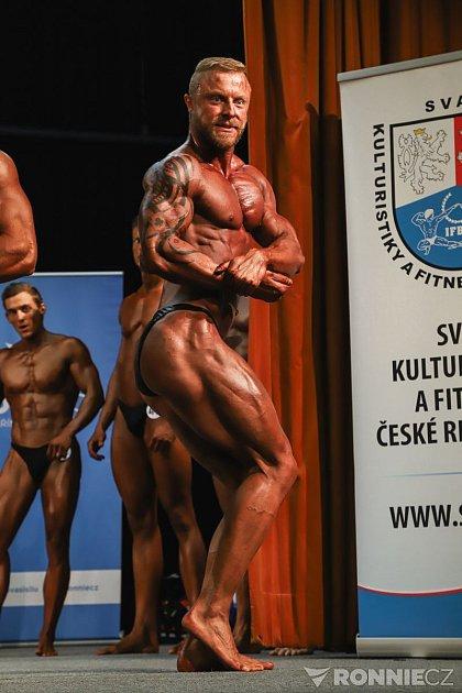 Kulturista Petr Jirků během soutěže.