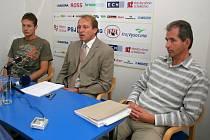 Ředitel FC Vysočina Zdeněk Tulis na včerejší tiskové konferenci mezi trenérem Lubošem Zákostelským (vlevo) a sportovním manažerem Zdeňkem Šmýdem.