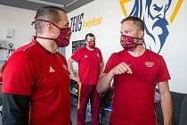 Na návrat mezi mantinely se jihlavští hokejisté těší, ale jeden z trenérů Dukly Karel Nekvasil (vpravo) ví, že návrat na led bude těžký.
