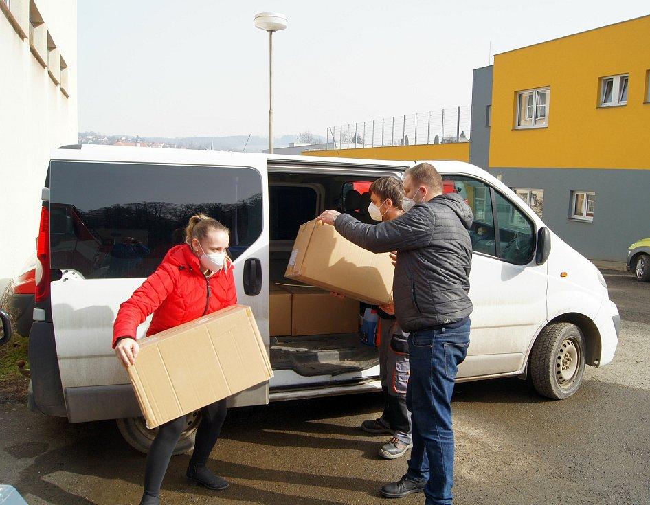 """Oblastní charita Jihlava hlásí: """"15 000 roušek naskladněno!"""""""