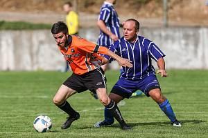 Fotbalisté Bítovčic (v oranžovém) mají po dvou klech nula bodů a děsivé skóre 1:16. V neděli se pokusí o restart doma proti Stříteži.