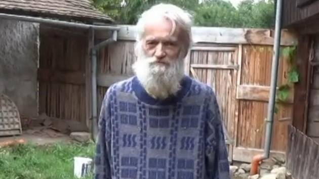 Dříve pomáhal druhým, nyní pomoc sám potřebuje. Miroslav Budík v devadesátých letech tahal z bryndy třeba řidiče kamionů nebo obyvatele z obcí zničených povodněmi. Teď spolu s manželkou žije v nuzných podmínkách v rozpadlém domě v Radkově.