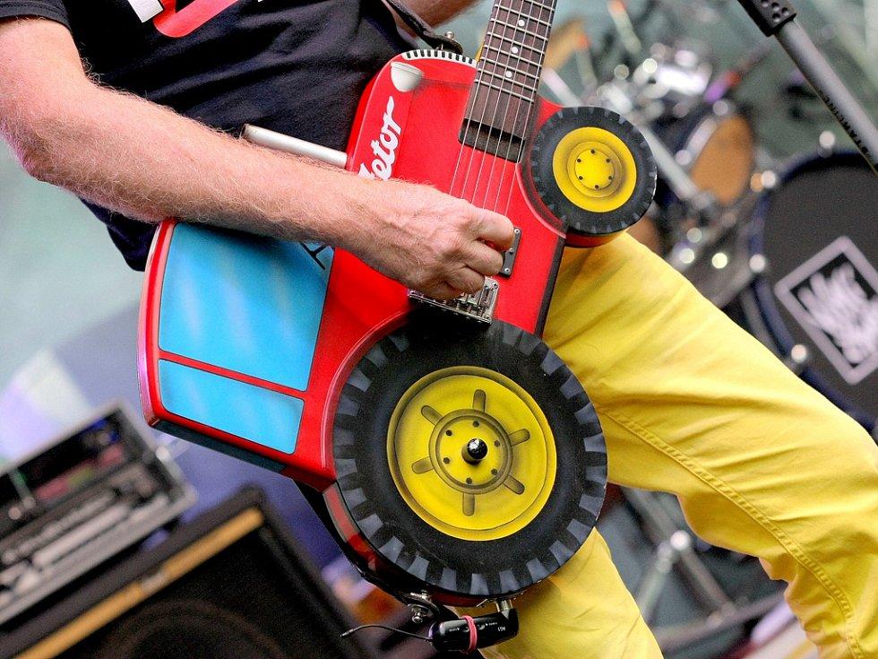 Jedním z interpretů na letošním Vysočina festu byla i punková kapela Visací zámek, která nezapomněla příchozí pobavit svým specifickým humorem zazpívat písničku Traktor, na kterou si kytarista vzal i speciální kytaru ve tvaru traktoru.
