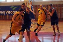 Marek Benda (s míčem) a Pavel Tůma (číslo 11) nastoupili o víkendu jen proti Bohunicím.