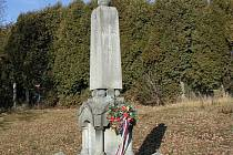 Kříž se jmény obětí od Budínky by, podle představ dobronínské radnice, mohl stát před místním hřbitovem u tohoto památníku padlých vojáků z první světové války.