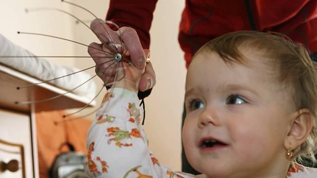 """Nebezpečná hračka. Patnáctiměsíční Lucinka Vávrová si oblíbila drbohlav jako hračku. Návod ale říká: """"Není vhodné pro děti!"""""""