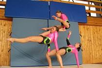 Akrobatické gymnastky bedřichovského Gloxi clubu (shora Nikola Cingelová, Eva Tokošová a Petra Filsaková).