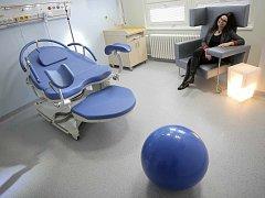 Pokoj. Takto vypadají pokoje na gynekologicko-porodnickém oddělení jihlavské nemocnice. Mají navodit atmosféru domácího prostředí.
