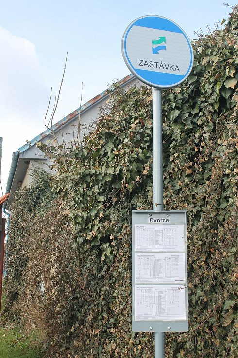 Dvorce jsou aktuálně odříznuté od okolních obcí. Nejezdí tam ani autobus.