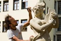 Oprava každé sochy vyšla na zhruba 80 tisíc korun.