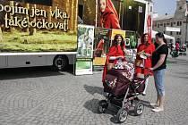 V centru Jihlavy ve čtvrtek Červené karkulky varovaly před nákazou klíšťovou encefalitidou a zvaly do kamionu, kde se zájemci mohli dozvědět více o možnosti očkování proti ní.