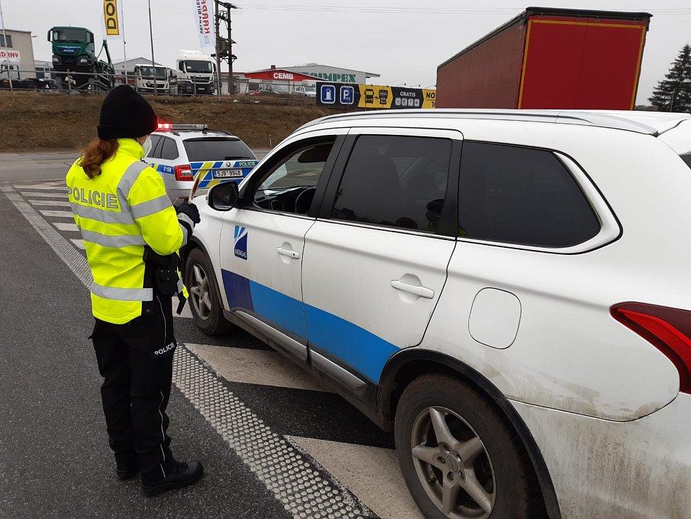 V pondělí je na Vysočině ve službě 350 policistů, které od úterý posílí asi dvě stě vojáků Armády České republiky a Celní správy České republiky.
