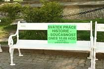 Opuštěná lavička na liduprázdném náměstí. Tak vypadala úterní demonstrace ohledně vzniku a historie svátku práce.
