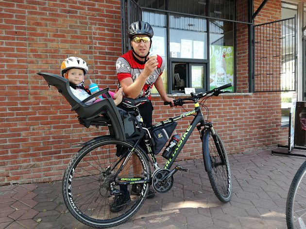 Poslední tři roky mě hodně začalo bavit jezdit na kole. Rád jezdím se svou dcerou Mariannou. Příjemný relax a zároveň fyzická aktivita vjednom. Foto: archiv Ondřeje Lapeše