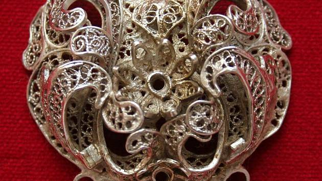 . Mezi šperky patří také stříbrná filigránová spona, nejstarší datovaný filigrán na našem území.