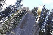 Místo, které není tak turisticky profláknuté, nicméně kouzelné. V Horních Dubenkách u rybníka Bor najdete památník připomínající období husitských bitev.
