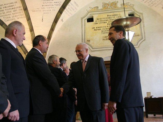 Václav Klaus se v gotické síni radnice vítá se zástupci města.