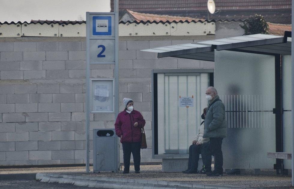 Lidé na zastávce v Jaroměřicích měli respirátor nasazený.