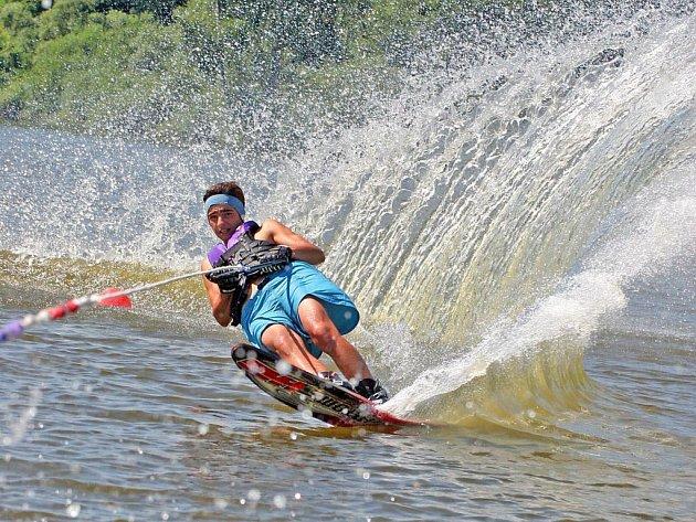 Vašek Tichý (na snímku) se právě připravuje na mistrovství Evropy ve vodním lyžování v kategorii do 14 let. Počasí mu přeje. Není zdaleka jediný, kdo brázdí v dnešním parnu vodní hladinu rybníka Silniční v Kostelci.