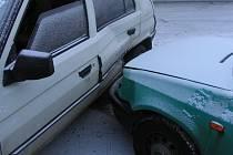 Svůj vůz nezvládl řidič, který jel poulici Dačická v Telči.