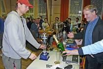 Vítězové malé kopané dostali poháry.