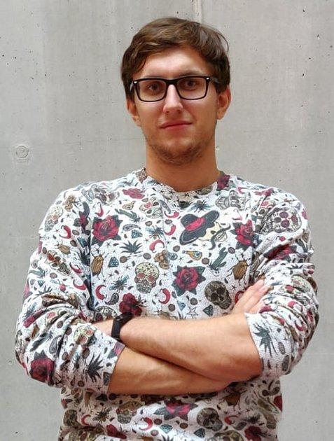 Dominik Alfery, Brandýs nad Labem, 21let, student: Pro mě jako studenta informatiky, který má školu hodinu cesty daleko, je to vyhovující. Navíc naše fakulta už většinu přednášek, úkolů a seminářů vede online. Tudíž nebylo tak těžké dodatečné materiály p