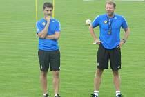 Trenér Aleš Křeček (vpravo) ví, že sehrát nově se tvořící tým bude úkol na celý podzim.
