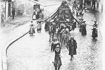 Část tisícihlavého průvodu míří tehdejším Špitálským předměstím do centra smaketou největšího jihlavského zvonu Zuzana.