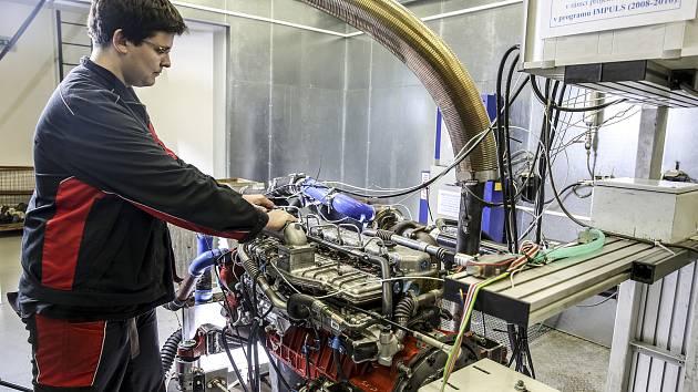 Vývoj nových vstřikovacích systémů pro dieselové motory na zkušebně, náklady se pohybují v desítkách milionů.