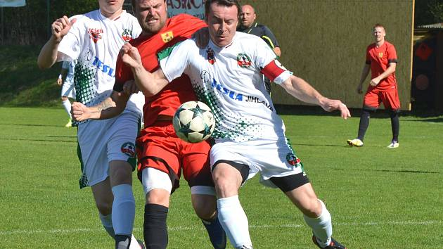 Fotbalisté Rantířova (v bílém) prohrávali s Měřínem o gól, ale ještě do poločsu dokázali skóre vyrovnat.