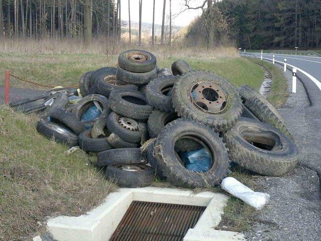Jen pár hodin po tom, co myslivci odpad shromáždili na hromadu, na ni někdo přisypal haldu pneumatik. Zřejmě se tak chtěl vyhnout placení za likvidaci.