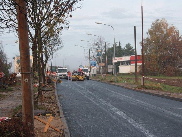 Rekonstrukce Hradecké ulice je téměř hotová. Pro řidiče bude oficiálně otevřena příští týden.